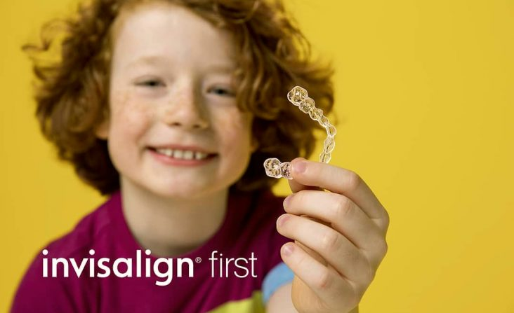 Menino segurando Invisalign First